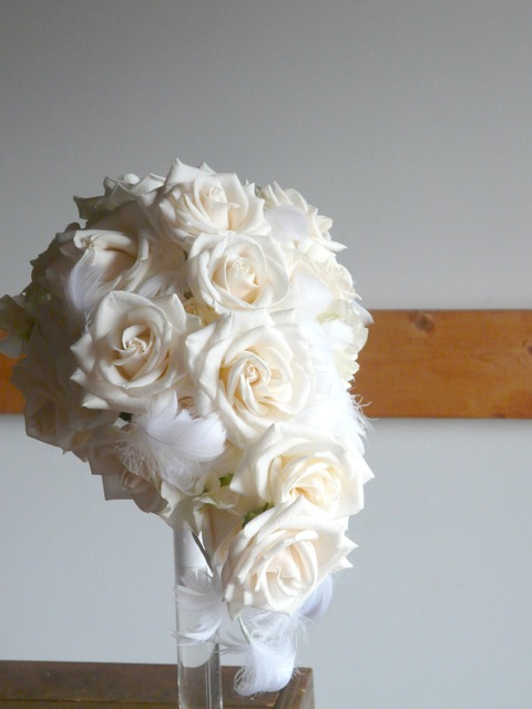 白バラと羽のブーケ