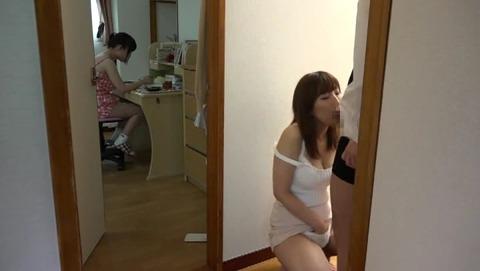 子供の勉強する横でママの熱いマ○コが先生の SW-453 (37)