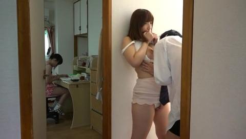子供の勉強する横でママの熱いマ○コが先生の SW-453 (38)