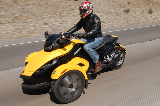 Can-Am_Spyder_left_urban
