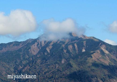 雲がかかった別山