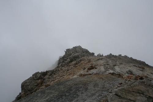 山頂火口湖より御前峰を見上げる