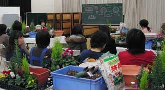 笠間地区婦人会の寄せ植え教室