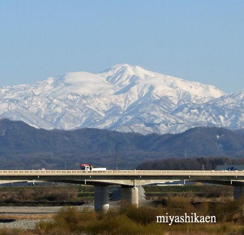 手取川 国道の橋と白山