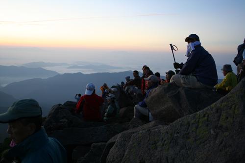 御来光を待つ登山者達