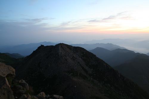 剣ヶ峰、後ろは北アルプス