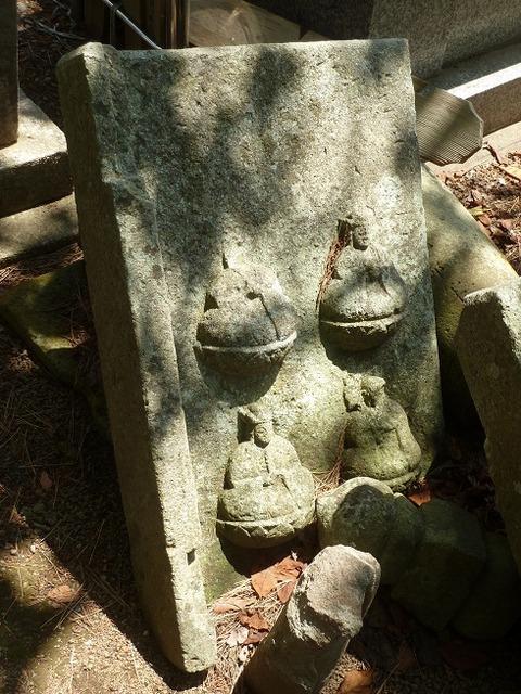 松前公園、阿吽寺に向かう道近くの墓地にある浮き彫り墓石