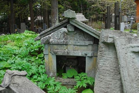 法源寺横の墓地にある霊廟型の墓石
