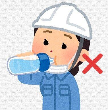 s-20200530マスク水を飲む女性2