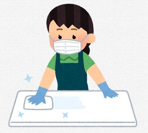 s-20200506テーブルを消毒する店員女性