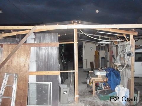 パネル壁同士固定2x4と古い車庫転倒防止