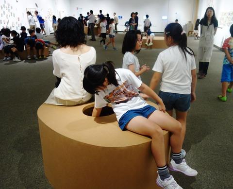 展示の椅子に座る