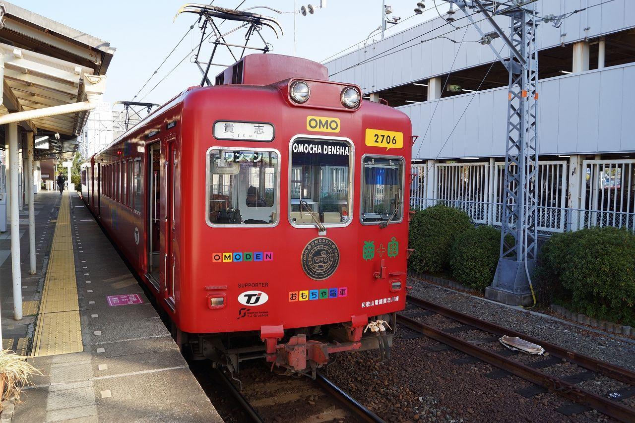 こちらのエントリーでもご紹介したように、昨年末から「たま電車」は各種点検のために運休となっており、今は貴志川線のデザイン電車としてはおもちゃ電車といちご電車