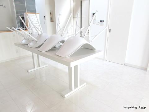 掃除しやすく テーブルに椅子を乗せる