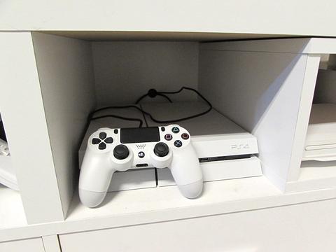 PS4 コントローラー テレビボード コード用穴