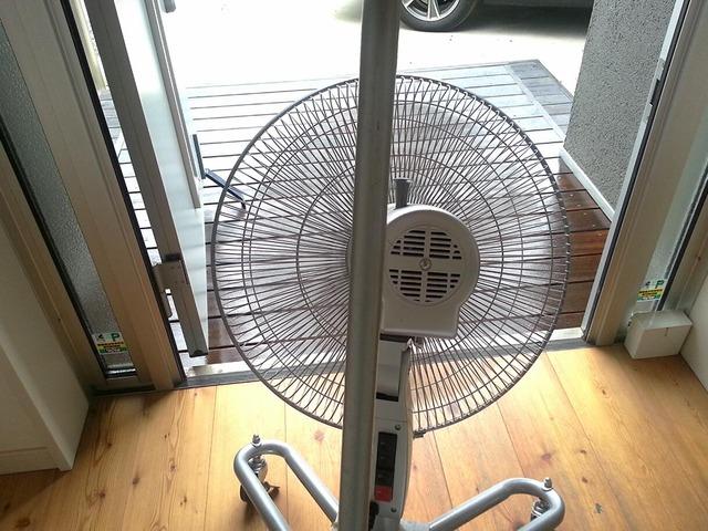 玄関ポーチ 扇風機