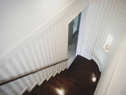 階段 ニッチ ストライプ壁紙