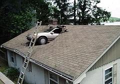 屋根を突き破る車