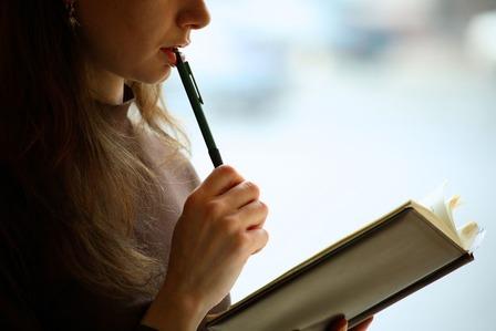 本を読む大学生