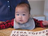 コーヒー新聞がさかさまですよ〜。