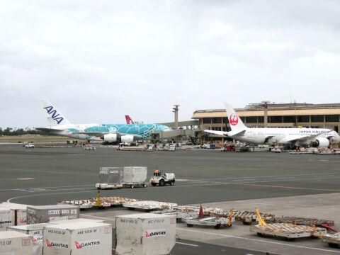 搭乗前並ぶ飛行機