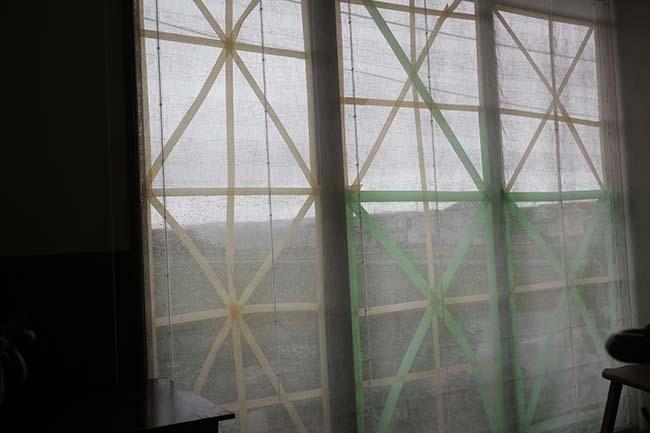 台風対策 窓ガラス割れない テープ&カーテン