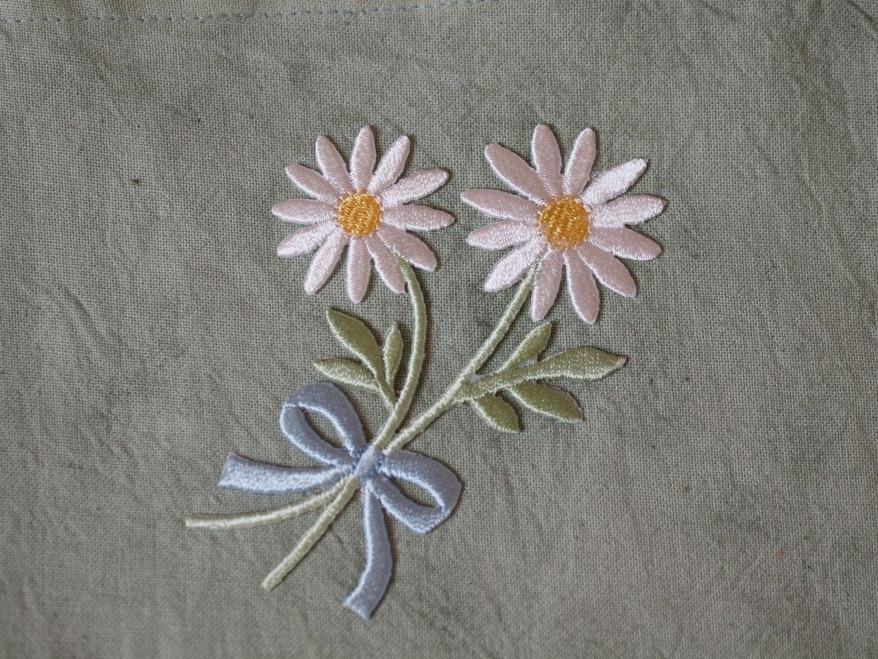 こちらの花の刺繍、アイロンでつけられるので、と~っても簡単。