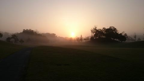 ゴルフ場の朝焼け