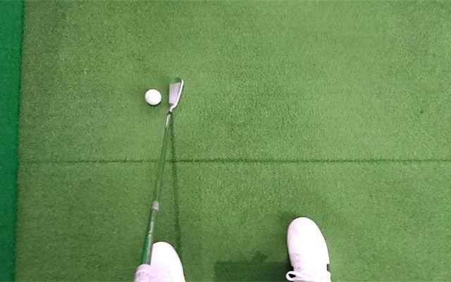 ボールの近くに立って左に置いてフックボール矯正