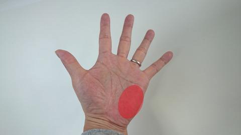 手のひら小指側をしっかり握る
