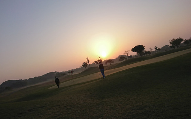 早朝ゴルフの夜明け