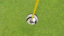 カップの中のゴルフボール