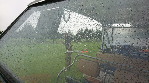 スタート前までポツポツ小雨
