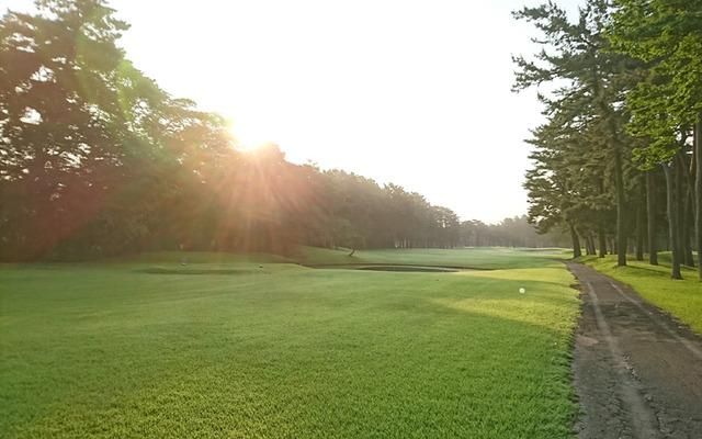 朝日が眩しい早朝ゴルフ