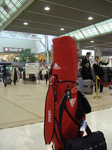 成田空港とキャディバッグ
