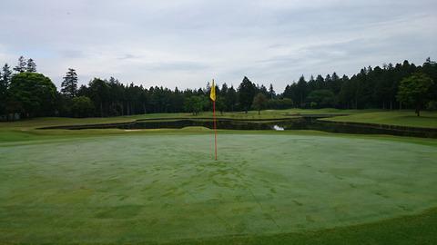 阿見ゴルフクラブ早朝ゴルフグリーンの朝露
