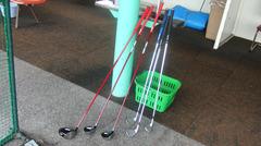 赤いゴルフクラブが並ぶ