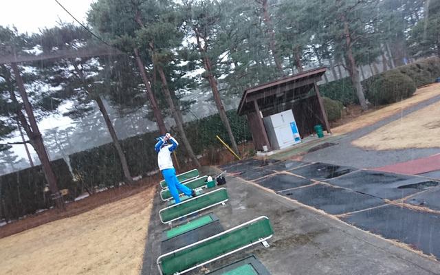 雪の中練習している冨塚君