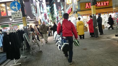 夜の上野でゴルフバッグ