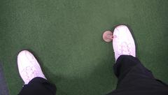 ダウンスイング時の右足の動きを矯正
