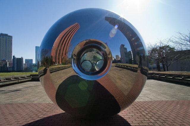 聖路加ガーデン南の広場の球体オブジェ