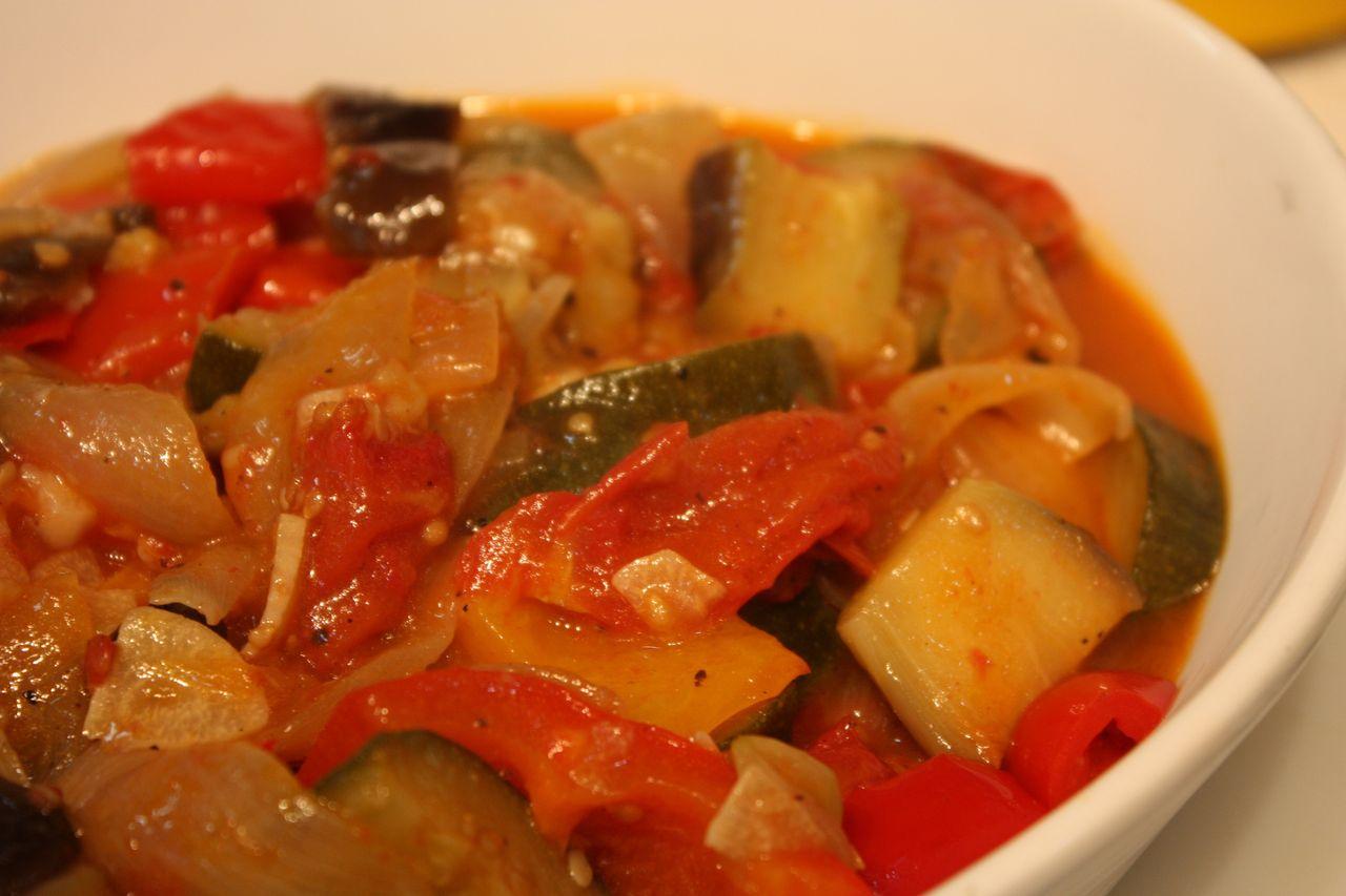 色々な人の作り方を見ているとトマト缶を使う例が多いようだが、私は使わない。野菜から十分にあまーい水分が出てくる。夏野菜と塩のみ、どこまでもラタトゥイユは素朴