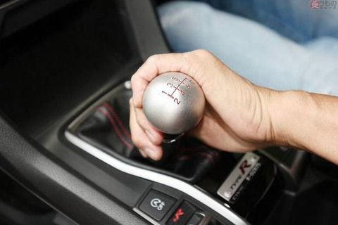 自動車教習所「MT免許を取る人はママに言われて取る甘えん坊が多い」