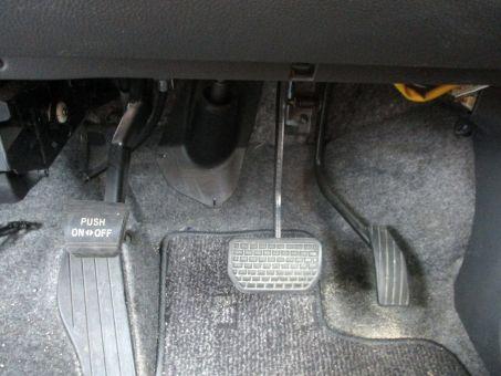 アクセルは右足 ブレーキは左足で踏むようにペダルの位置を変えたら?