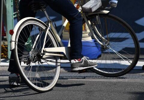 自動車←200万円 買ってからも月3万円かかります 自転車←5万円で買えます 維持費要りません