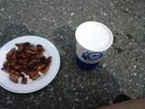 6)朝8時モツ焼きとビール