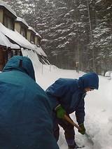 小屋前の雪かき