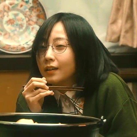 お箸を持ったジジ役の木南晴香