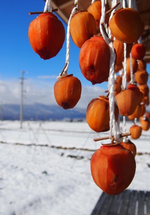 2014_1205_103729干し柿と青空と雪