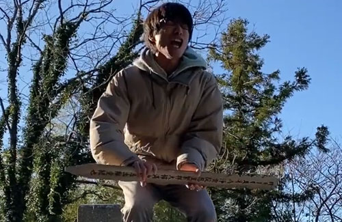 『へずまりゅうの弟子』名乗る迷惑系ユーチューバー逮捕!鬼滅のコスプレで奇声を上げ、墓地で卒塔婆振り回す